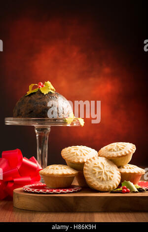 Mince Pies und Christmas pudding - Stockfoto