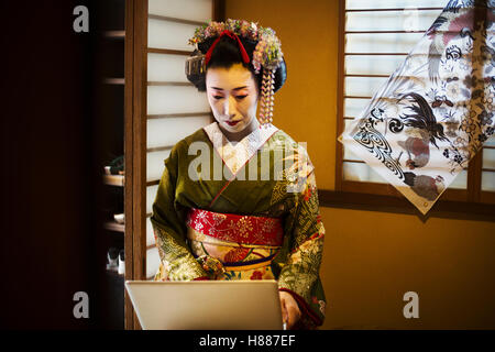 japanische frau tr gt eine dunkle kimono yukata stockfoto bild 86823431 alamy. Black Bedroom Furniture Sets. Home Design Ideas