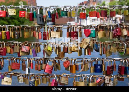 Bunte Liebe Schleusen auf der Brücke in Paris - Stockfoto