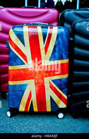 Koffer mit Union Jack Flagge, Britische Flagge. Auf der Portobello Road Market, London, England, Großbritannien, - Stockfoto
