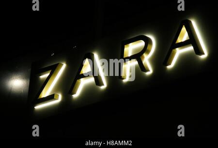 "Das Logo der Marke ""Zara"", Berlin. - Stockfoto"
