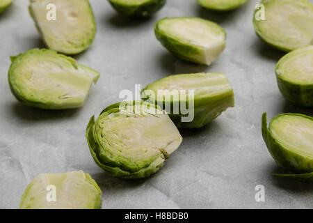 in Scheiben geschnittenen frischen grünen Rosenkohl auf Backpapier - Stockfoto