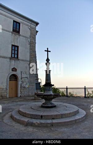 Kirche auf der Terrasse des Klosters und der Kirche des Heiligtums von Montevergine, 1124 A.C., Mercogliano, Avellino, - Stockfoto