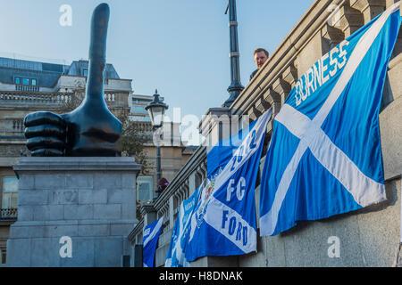 London, UK. 11. November 2016. Der Daumen aufstehen - sammeln Schottland Fußball-Fans auf dem Trafalgar Square vor - Stockfoto
