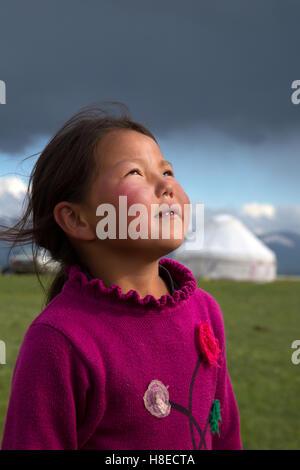 Kirgisistan - Porträt eines jungen Mädchens in der Nähe von See Lied Kol - Travel People Zentralasien - Seidenstraße - Stockfoto