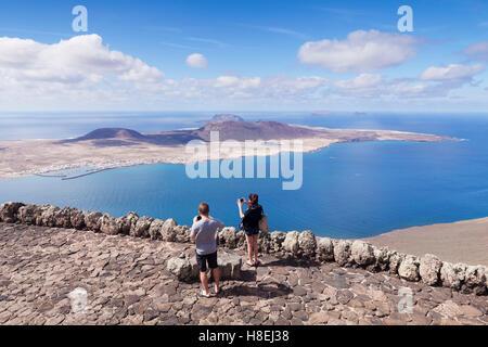 Blick vom Mirador Del Rio auf La Graciosa Insel von Cesar Manrique, Lanzarote, Kanarische Inseln, Spanien, Atlantik, - Stockfoto