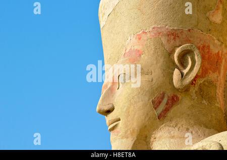 Detail der Osirian Statue an der Leichenhalle Tempel der Königin Hatshepsut in Deir el Bahri in der Nähe von Luxor, - Stockfoto