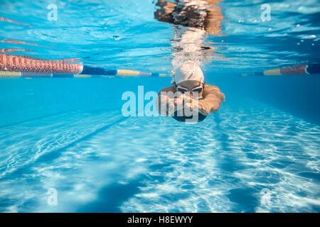 Schwimmer im Crawl-Stil unter Wasser - Stockfoto