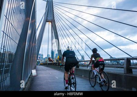 Zwei Radfahrer auf einer frühen Fahrt in Sydney - Stockfoto