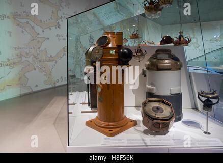 Alte Kompasshäuser, Kompasse und nautische Geräte bei der u-dänischen Maritime Museum, M/S Museet für Søfart, in Helsingör/Helsingør, Dänemark.
