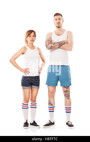 Junger Mann und Frau gekleidet in der Sportswear posiert im studio - Stockfoto