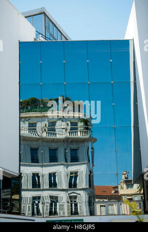 Frankreich, Cote d ' Azur, Cannes, Spiegelung Altes Haus in Moderner Glasfassade - Stockfoto