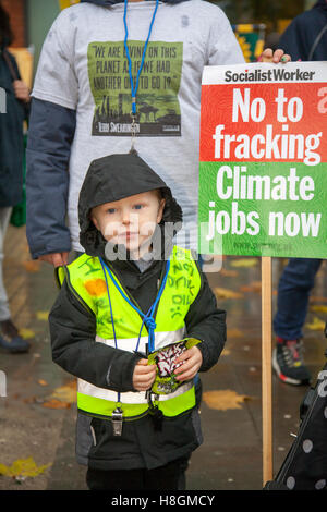 Manchester, UK. 12. November 2016. Eine massive Anti-Fracking-Demo findet statt in Manchester Piccadilly Gardens. - Stockfoto