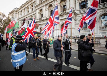 London, UK. 13. November 2016. Nationale Frontseite rechtsextreme marschieren durch Whitehall am Remembrance Day - Stockfoto