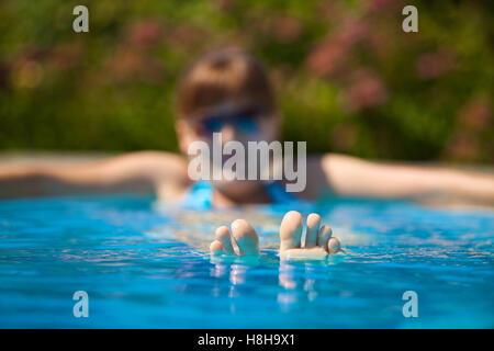 Frau, die in einem Pool entspannen - Stockfoto