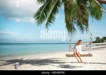 Schöne Frau am Strand Schaukeln - Stockfoto