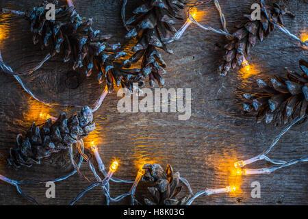 Weihnachtsbeleuchtung Tannenzapfen.Weihnachtsbeleuchtung Und Kiefer Kegel Auf Rustikalen Holz