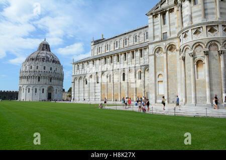 Pisa, Italien - 5. September 2016: Battistero di San Giovanni Baptisterium und Dom in Pisa Italien. Nicht identifizierte - Stockfoto