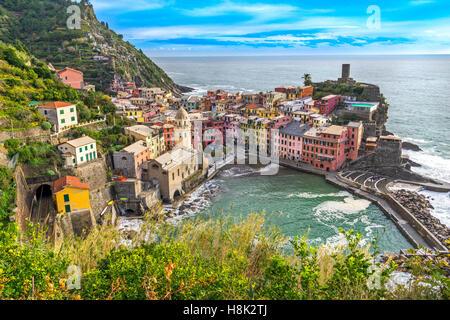 Vernazza Fischerdorf, Seelandschaft in Cinque Terre Nationalpark Cinque Terre, Ligurien, Italien. - Stockfoto