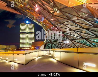 BMW Welt (BMW Welt) in München in der Nacht, eine multifunktionale Kunden Erfahrung und Ausstellung Anlage der BMW AG