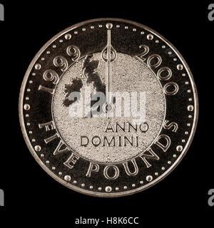 Vorderseite der Royal Mint 1999-2000 Millennium £5 Krone entworfen von Ian Rank-Broadley FRBS. - Stockfoto