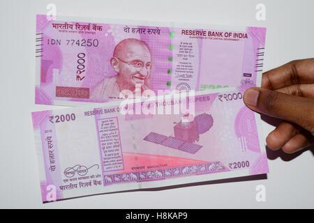 2000 Rupien indische Banknoten Geld Vorder- und Rückseite - Stockfoto