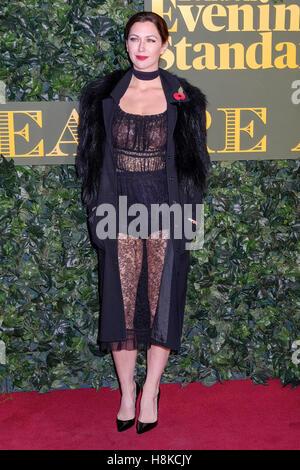 London, UK. 13. November 2016. Margo Stilley kommt auf dem roten Teppich für den London Evening Standard Theatre - Stockfoto