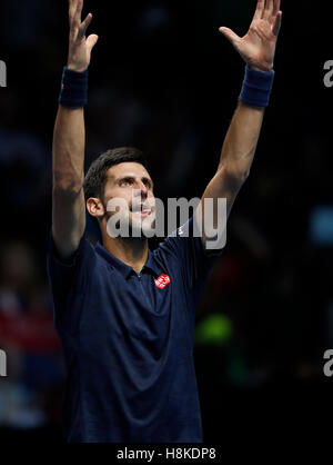 London, UK. 13. November 2016. Novak Djokovic Serbien feiert nach dem Gruppenspiel mit Dominic Thiem Österreichs - Stockfoto