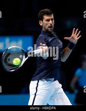 London, UK. 13. November 2016. Novak Djokovic Serbiens konkurriert im Gruppenspiel mit Dominic Thiem Österreichs - Stockfoto