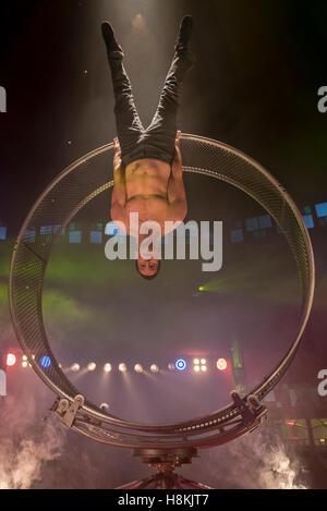 London, UK.  14. November 2016. David Girard, eine kanadische Acrobat führt bei dem Fototermin für La Soirée, ein - Stockfoto