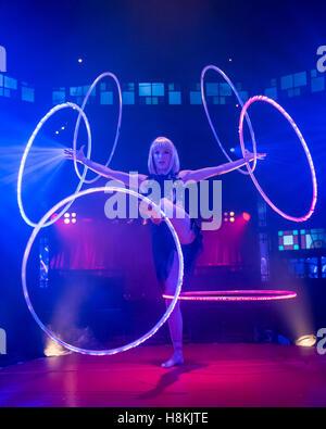 London, UK.  14. November 2016. Satya Bella, ein Experte Hula Hoop Performer, beteiligt sich an den Fototermin für - Stockfoto