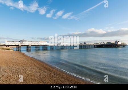Ansicht der Brighton Pier (Palace Pier war) auf Brighton Beach auf einem ruhigen sonnigen Tag, Sussex, UK