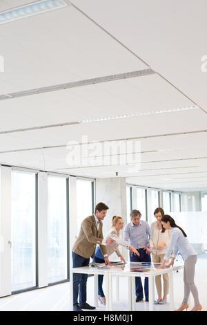 Team von Geschäftsleuten mit Diskussion am Tisch im Büro - Stockfoto