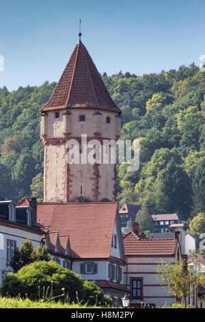 Turm mit den umliegenden Häusern wies - Stockfoto