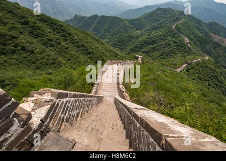 Mutianyu, China - Landschaftsblick auf der chinesischen Mauer. Die Mauer erstreckt sich über 6.000 bergige Kilometer Ost nach West ein Stockfoto