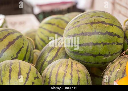 Peking, China - Wassermelonen zum Verkauf in einem Hutong befindet sich im Zentrum von Peking. - Stockfoto