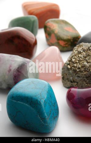 Bunte Edelsteine, Türkis, Achat, Pyrit, Fluorit, Rosenquarz, Roter Jaspis, Unakite, Aventurin und Calcit - Stockfoto