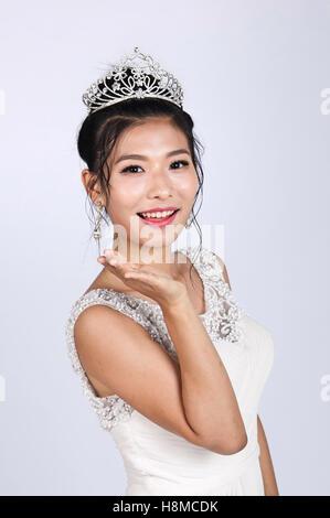 ein Porträt der schönen Asiatin Hochzeitskleid tragen - Stockfoto