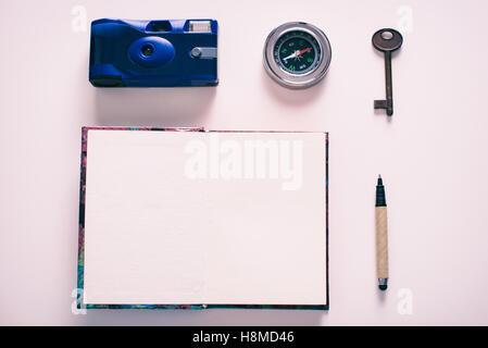 Zubehör für die Reise. Kamera, Kompass, hey, Stift, Notebook - Stockfoto