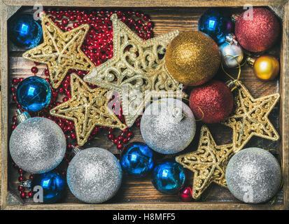 Glitzernde Spielzeug Sternen, bunten Kugeln und Girlande Weihnachtsbaum - Stockfoto