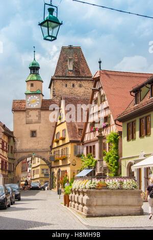 Klassische Postkartenblick auf die historische Stadt Rothenburg Ob der Tauber an einem sonnigen Tag mit blauem Himmel, - Stockfoto