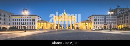 Klassische Panoramablick über Brandenburger Tor am berühmten Pariser Platz im Zwielicht, Berlin, Deutschland - Stockfoto