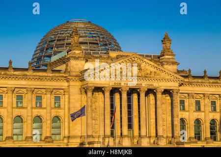 Vergrößerte Ansicht des berühmten Reichstagsgebäude, Sitz des Deutschen Bundestages (Deutscher Bundestag), in schönen - Stockfoto