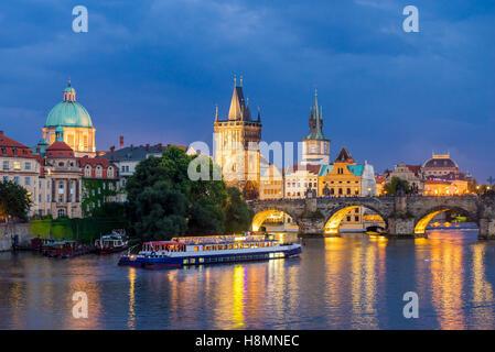 Blick auf die Moldau und Karlsbrücke bei Abenddämmerung Prag Tschechische Republik Europa