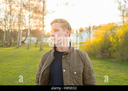 Junge blonde Mann tragen Jacke - Stockfoto