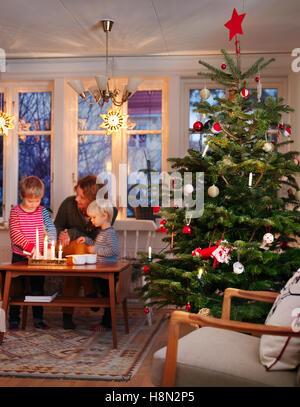 Frau und jungen am Tisch Weihnachtsbaum - Stockfoto