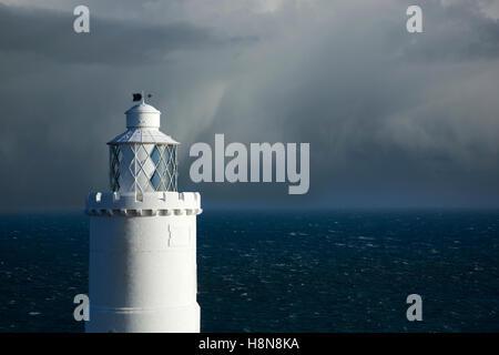 Leuchtturm an der Küste mit Sturm Naht am Startpunkt, Devon, England - Stockfoto