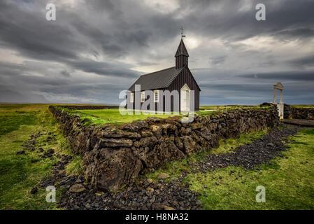 Schwarze hölzerne Kirche von Budir in Island. HDR verarbeitet. - Stockfoto