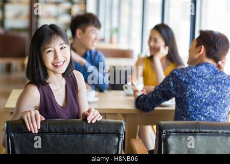 Junge Chinesin Kaffeetrinken mit Freunden im café - Stockfoto