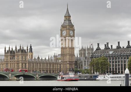 Elizabeth Tower (Big Ben) und Westminster Bridge - Stockfoto